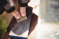 Imagen recortada de afilado de carpintero cincel sobre piedra - foto de stock