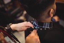 Barbiere donna rimozione grembiule cliente in negozio di barbiere — Foto stock