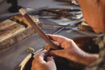 Крупный план ювелира, готовящего кольцо в мастерской — стоковое фото