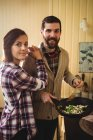 Пара готовит еду вместе на кухне дома — стоковое фото