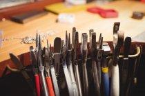 Закри різних Плоскогубці, розташованих на workbench в майстерні — стокове фото