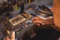 Ювелір за допомогою ручної шматок машини в майстерні — стокове фото