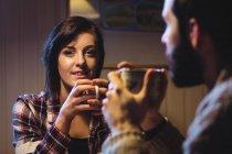 Coppia che prende un caffè insieme a casa — Foto stock