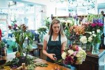 Цветочные стебли подстригают в цветочном магазине. — стоковое фото
