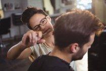 Mann lässt sich im Friseursalon die Haare schneiden — Stockfoto