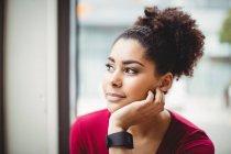 Nahaufnahme einer nachdenklichen Frau mit der Hand am Kinn im Restaurant — Stockfoto