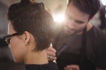 Femmina ottenere i capelli tagliati a salone — Foto stock
