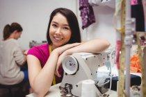 Designers femininos trabalhando no laptop em estúdio — Fotografia de Stock