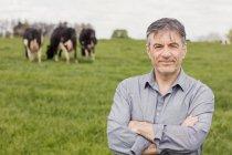 Porträt des Lächelns zuversichtlich Tierarzt auf Wiese stehend — Stockfoto