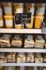 Close-up de sanduíches e sopa em exposição no supermercado — Fotografia de Stock