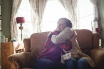 Пара обнимает друг друга в гостиной дома — стоковое фото