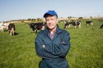 Retrato de confiante trabalhador permanente no campo gramado — Fotografia de Stock