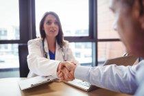 Врач пожимает руку пациенту в больнице — стоковое фото
