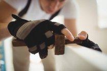 Zugeschnittenes Bild des Tischlers mit Markierungsmesser an Holztür zu Hause — Stockfoto