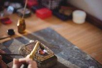 Обрезанное изображение кольца Голдсмита на горелке в мастерской — стоковое фото