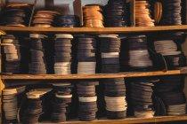 Pilhas de palmilhas de sapatos de couro em prateleiras na oficina de fabricação de calçados — Fotografia de Stock