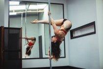 Полюс танцюрист практикуючих полюс танці в фітнес-студія — стокове фото