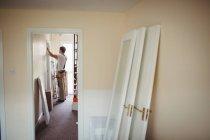 Charpentier travaillant dans une nouvelle maison moderne — Photo de stock