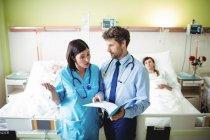 Medico che interagisce con l'infermiera nel reparto ospedaliero — Foto stock