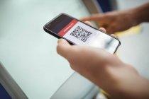 Руки путешественника с помощью автомата самообслуживания для регистрации в аэропорту — стоковое фото
