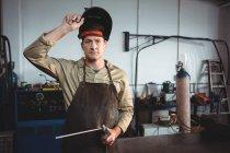 Портрет зварювальник проведення зварювальних робіт в майстерні — стокове фото