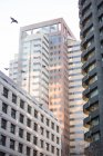 Міські сцени офісних будівель в (літо) — стокове фото