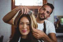 Maschio parrucchiere styling clienti capelli al salone — Foto stock