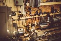 Старі horologists семінар з годинником, ремонт техніки та інструменти — стокове фото