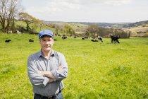 Porträt von zuversichtlich Bauer auf der Wiese stehen — Stockfoto