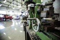 Запасные части автомобиля в ремонтном гараже — стоковое фото