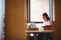 Donna d'affari che lavora sul computer portatile in ufficio — Foto stock