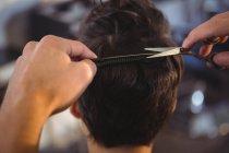 Vista posteriore della donna ottenere i capelli tagliati al salone — Foto stock