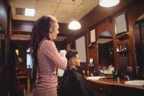 Жіночий Барбер стилізації клієнтів волосся в перукарні — стокове фото