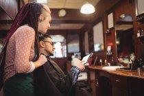 Клієнт показ цифровий планшетний жіночий Перукарня в перукарні — стокове фото