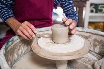 Розділ середині Поттер, роблячи банку в гончарної майстерні — стокове фото