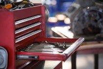 Conjunto de herramientas de trabajo en caja de herramientas en el garaje de reparación - foto de stock