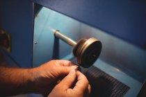 Обрезанное изображение кольца ювелира в мастерской — стоковое фото