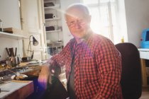 Портрет усміхнений Голдсміт в майстерні — стокове фото