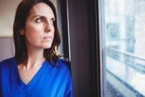 Enfermeira, olhando a janela no hospital — Fotografia de Stock