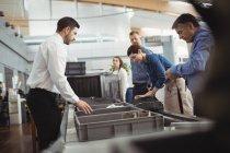 Passagiere bei Sicherheitskontrolle am Flughafen — Stockfoto