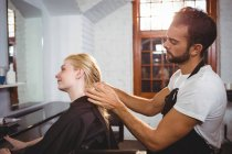 Bei capelli styling styling donna capelli in salone — Foto stock