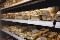Close-up de sanduíches em exposição no supermercado — Fotografia de Stock