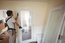 Vista lateral da porta de fixação do carpinteiro em casa — Fotografia de Stock
