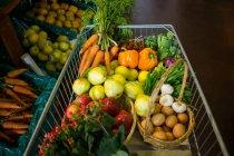 Різноманітні овочі та фрукти в кошику в супермаркеті — стокове фото