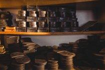 Pile di solette di scarpe in pelle negli scaffali nel laboratorio di calzoleria — Foto stock