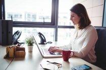 Geschäftsfrau arbeitet im Büro am Laptop — Stockfoto