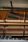 Close-up de ferramentas de reparação mantidos no teclado antigo piano — Fotografia de Stock