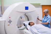 Paciente ingresando a la máquina de escaneo de resonancia magnética en el hospital - foto de stock