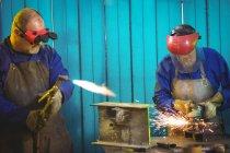 Зварювальники розпилювання металу з електричним аксесуари для офісу і зварювання в майстерні — стокове фото