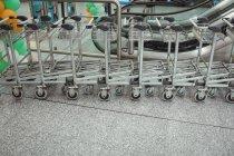 Візки зберігається в ряд в аеропорту терміналу — стокове фото